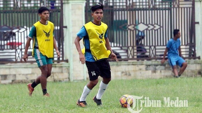 Pemain Timnas Indonesia David Maulana bersama eks pemain PSMS Medan dan pemain PON Sumut mengikuti latihan di Stadion Kebun Bunga, Medan, Rabu (27/1/2021). Latihan rutin terus digelar untuk menjaga kondisi para pemain menunggu Liga 2 bergulir.