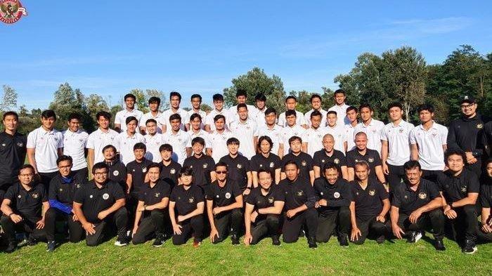 Pemain dan ofisial Timnas U-19 Indonesia melakukan foto bersama di Kroasia.