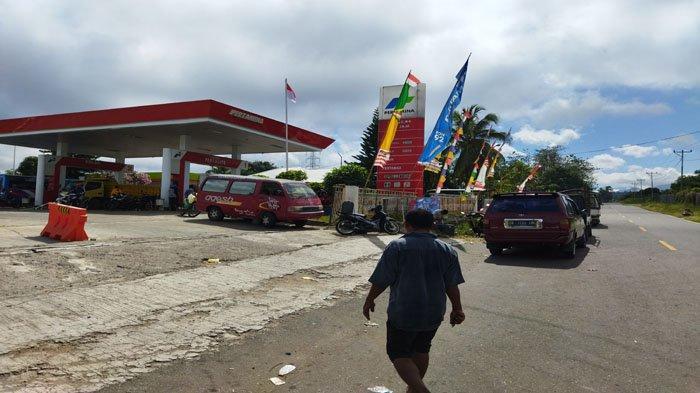 Pembeli BBM Jenis Pertalite Antre di SPBU Lembor Kabupaten Manggarai Barat