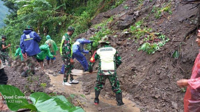 Pemerintah Kecamatan Satar Mese TNI/POLRI dan Masyarakat Gotong Royong Bersihkan Material Longsor