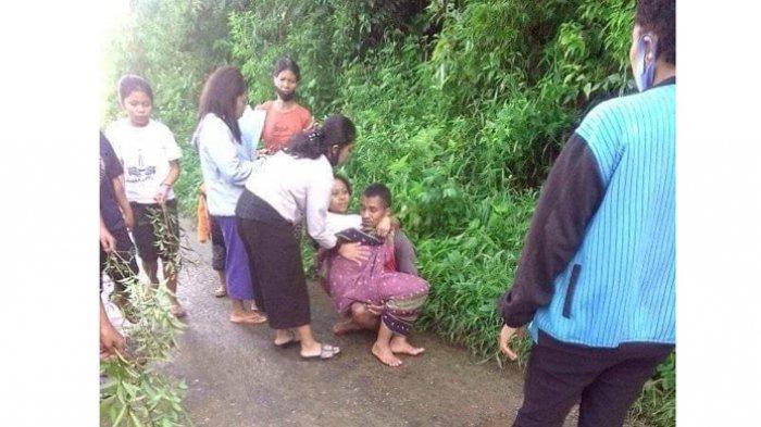 Foto Pria Gendong Seorang Ibu di Jalan Rusak di Manggarai Timur Jadi Viral di Media Sosial