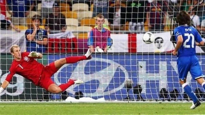 Penalti gelandang Italia Andrea Pirlo yang total mengecoh kiper Inggris Joe Hart dalam laga perempat final Euro 2012 di Stadion Olimpiade Kyiv, Minggu (24/6/2012). Italia menang 4-2 atas Inggris