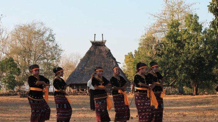 penari tea eku di kampung adat tutubhada nagekeo