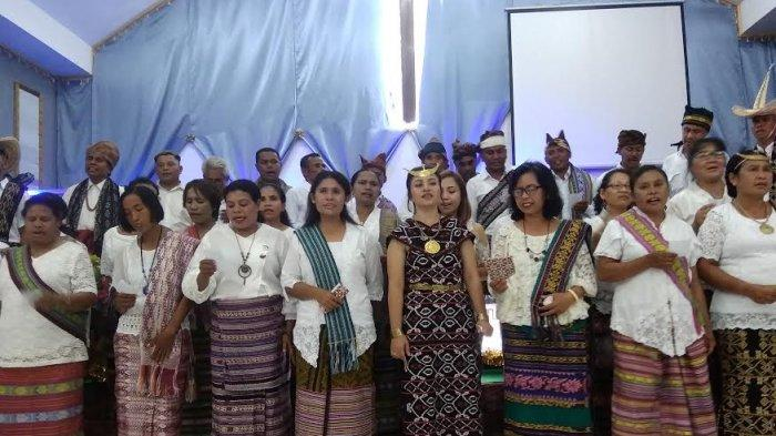 Natal di GBI Tabun, Pendeta dan Jemaat Kenakan Busana Adat