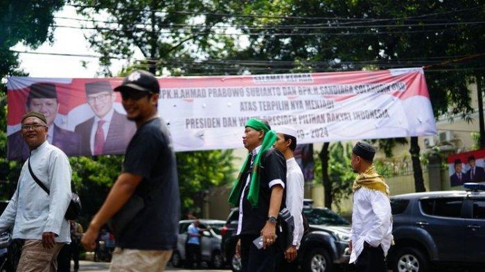 Pendukung Prabowo Mulai Berdatangan ke Kertanegara, Ini yang Mereka Lakukan
