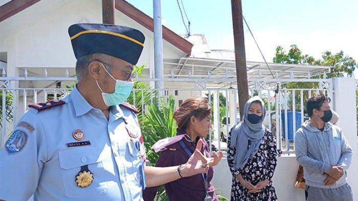 Kepala Rudenim Kupang, Kepala Rudenim Kupang, Heksa Asep Supriadi, SH mengawasi pengungsi Afghanistan di Kupang saat mereka melakukan aksi damai hari ketiga di kantor IOM di Kupang, Provinsi NTT, Senin (2/5/2021).