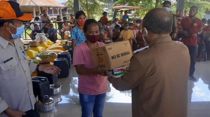 Bagi Bantuan Korban Banjir Wanokaka, Pejabat Bupati Minta Bantuan Jangan Disimpan Bantuan