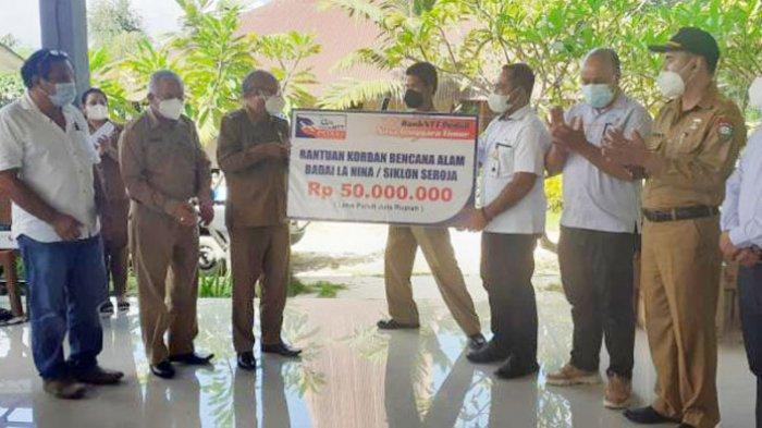 Penjabat Bupati Sumba Barat Dan Bank NTT Serahkan Bantuan Bagi Korban Bencana Banjir Wanokaka