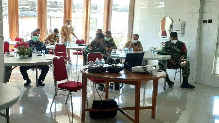 Penjabat Sekda Belu, Frans Manafe, S.Pi Forkopimda menyaksikan secara streaming acara pelantikan Bupati dan Wakil Bupati Belu, Malaka dan Sumba Barat oleh Gubernur NTT, Viktor Bungtilu Laiskodat di Kupang, Senin 26 April 2021.