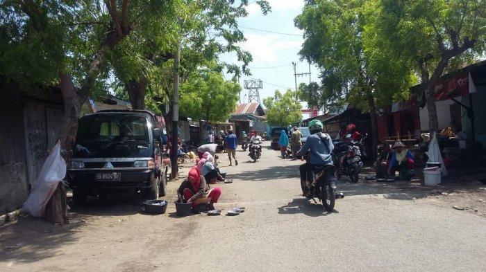 Pasar  Pagi  Sepi,  Ikan Dijual  di  Jalan Raya