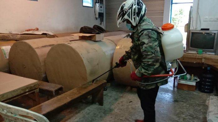 Cegah Covid-19, Satgas Bantu Semperotkan Cairan Disinfektan di Kantor Pos Kupang Biro Ruteng