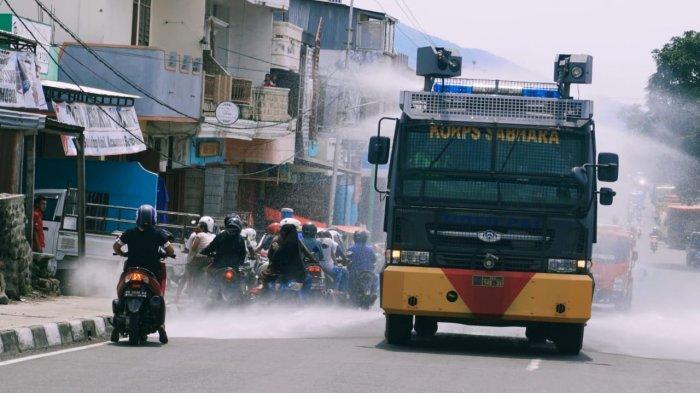 Polres dan Kodim Ende Keliling Kota Ende Semprot Disinfektan dan Bagi 800 Masker