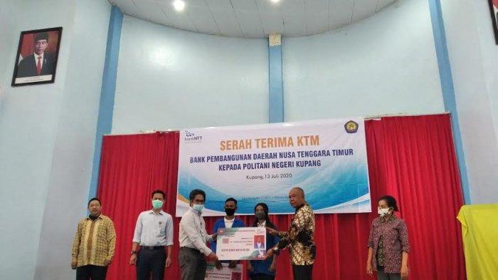 BPD NTT Serahkan Kartu Tanda Mahasiswa bagi Politani Negeri Kupang