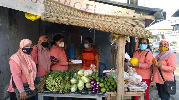 Puluhan Keluarga di Oesapa Kupang Dapat Bantuan Tambahan Modal BKOW