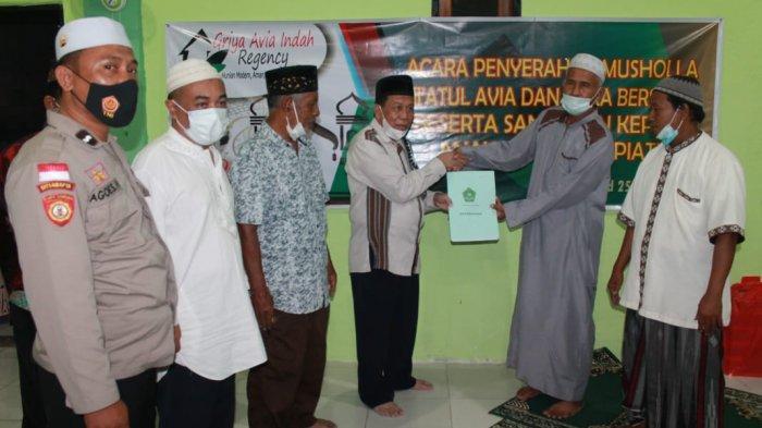 Penyerahan sertifikat tanah olehH Muhammad Andi Samiadji kepada Haji Muhamad, MS, ketua Majelis Ulama Indonesia (MUI) Kota Kupang yang juga ketua Badan Wakaf Indonesia (BWI) Provinsi NTT, Minggu (25/4).