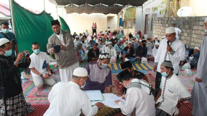 Penyerahan sertifikat tanah oleh;H Muhammad Andi Samiadji kepada Haji Muhamad, MS, ketua Majelis Ulama Indonesia (MUI) Kota Kupang yang juga ketua Badan Wakaf Indonesia (BWI) Provinsi NTT, Minggu (25/4).