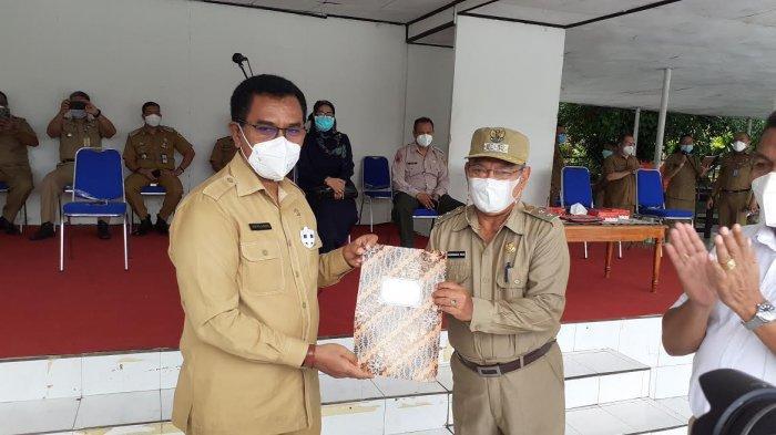 Penyerahan SK Nakes 3T dari Sekda Pemprov NTT, Benediktus Polo Maing kepada Wakil Walikota Kupang, Hermanus Man saat apel penyerahan 100 Nakes, Senin 22 Februari 2021.