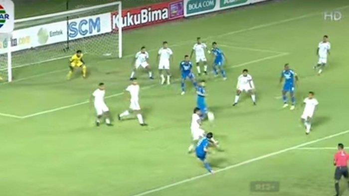 Penyerang Persib Bandung Ezra Walian melepaskan tendangan spektakuler berbuah gol ke gawang Persebaya Surabaya di 8 Besar Piala Menpora 2021 di Stadion Maguwoharjo Sleman, Minggu (11/4/2021).
