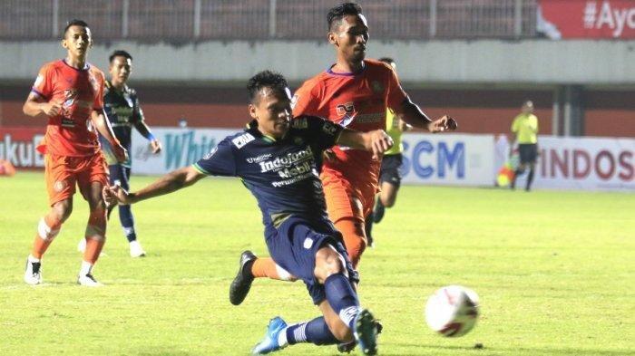 Penyerang Persib Bandung Ferdinand Sinaga (biru) lolos dari hadangan pemain Persiraja Banda Aceh. Persib menang 2-1 atas Persiraja di laga Grup D Piala Menpora 2021 di Stadion Maguwoharjo, Jumat (2/4/2021).