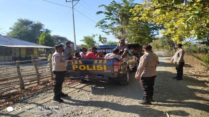 Percepat Pelaksanaan Vaksinasi Covid-19, Polisi di TTU Jemput Warga Penerima Vaksin