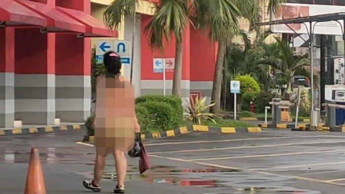Perempuan muda tertangkap kamera berjalan setengah telanjang di halaman sebuah toserba Jalan Pasar Wetan, Kota Tasikmalaya, Rabu (17/2/2021) pagi.