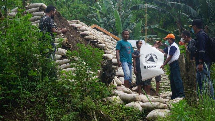 BPBD Ende Pantau Lokasi Longsor di Rewarangga