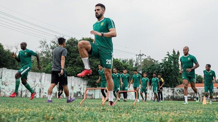 Aryn Williams beserta pemain Persebaya Surabaya lainnya melakukan pemanasan sebelum memasuki menu latihan pada Senin (5/10/2020) sore.