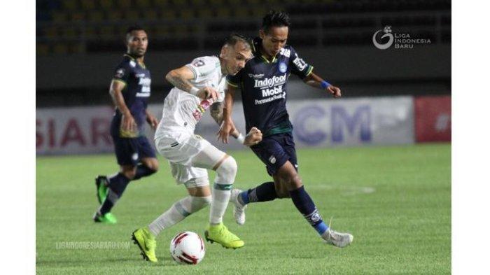Gelandang Persib Bandung Beckham Putra Nugraha (kanan) mencoba merebut bola dari kaki pemain PS Sleman di semifinal Piala Menpora 2021, Senin (19/4/2021). Malam ini, Persib berhadapan dengan Persija Jakarta di final.