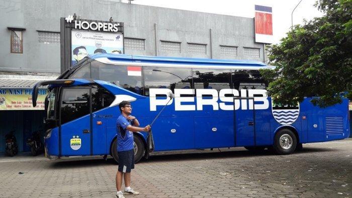 Seorang bobotoh berswafoto di area parkir Bus Persib. Tim Persib Bandung akan naik bus dan menempuh perjalanan sekitar 9 jam ke Sleman.