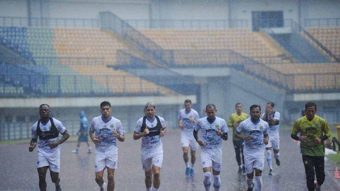 Latihan Persib Bandung di Stadion Gelora Bandung Lautan Api (GBLA), Kamis (14/8/2020) sempat diguyur hujan cukup deras.