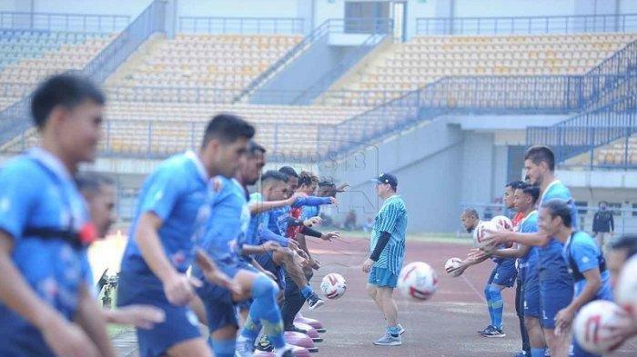 Robert Rene Alberts memimpin latihan perdana tim Persib Bandung di Stadion GBLA, Senin 10 Agustus 2020.