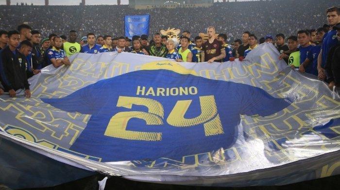 Pemain Persib Bandung membentangkan spanduk bernomor 24 setelah pertandingan berakhir di Stadion Si Jalak Harupat, Kabupaten Bandung, Minggu (22/12). Kemenangan Persib Bandung dengan hasil (5-2) atas lawannya PSM Makassar merupakan persembahan Persib Bandung untuk Hariono pada pertandingan pamungkas.