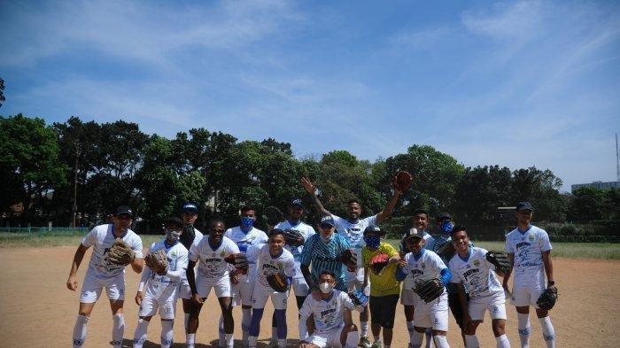 Tim Persib Bandung mendatangi lapangan softball di SOR Lodaya.