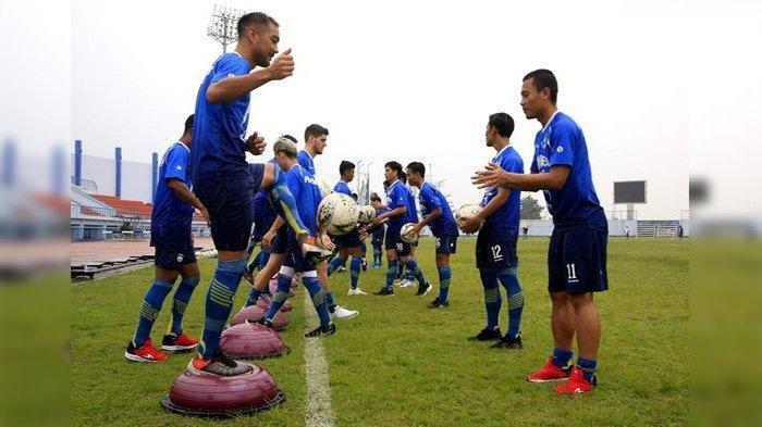 Tim Persib Bandung mengikuti latihan di Stadion SPOrT Jabar Arcamanik, Jumat (24/1/2020).