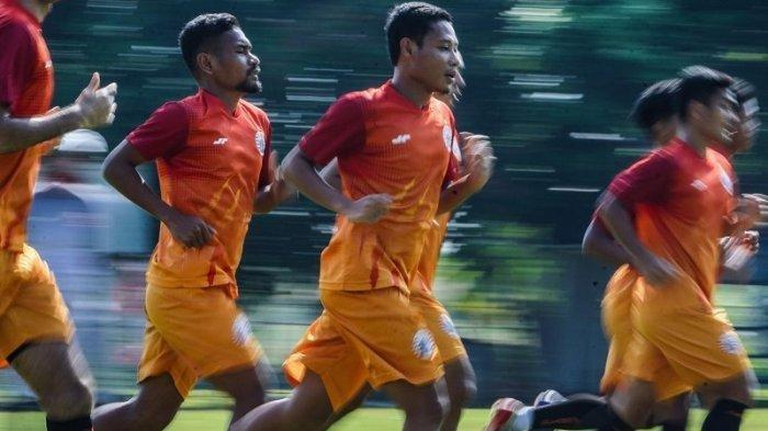 Skuad Persija Jakarta menjalani tes fisik di lapangan PSAU Halim, Jakarta pada Sabtu (22/8) pagi.