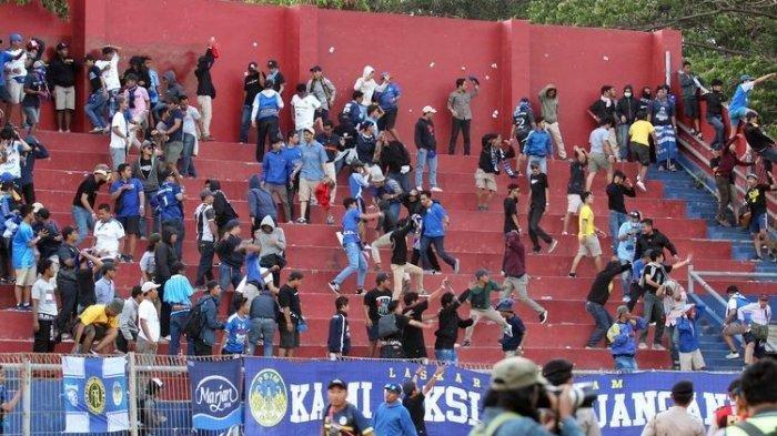 Suporter Persik Kediri dan PSIM Yogyakarta bentrok di menit akhir pertandigan Liga 2 2019 wilayah timur yang berakhir dengan skor 2-0 di Stadion Brawijaya Kediri, Jawa Timur, Senin (02/09/2019) sore.