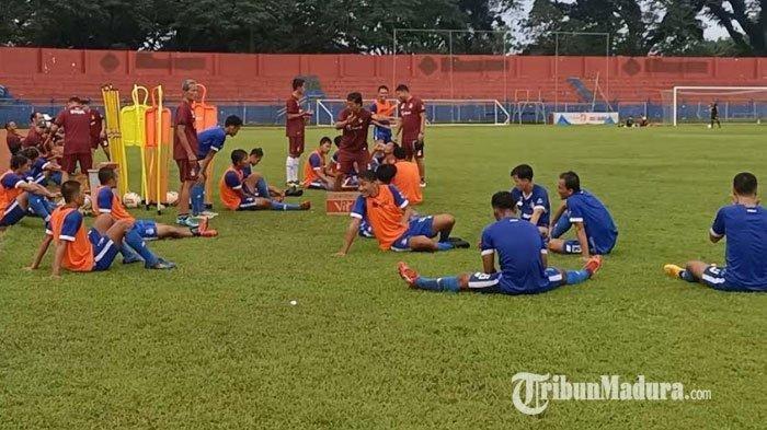 Persik Kediri saat melakukan latihan di Stadion Brawijaya Kediri, Selasa (9/3/2021).