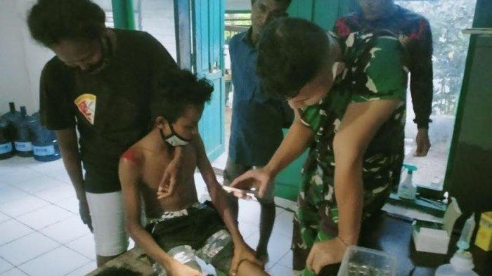 Tim Satgas Pamtas RI-RDTL Pos Asulait Bantu Obati Korban Kecelakan Tunggal