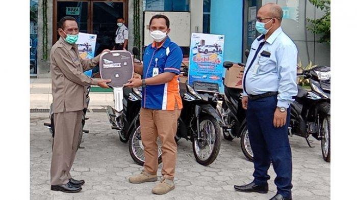 Perumda Air Minum Tirta Komodo Manggarai Dapat Hadiah 8 Sepeda Motor Dari Bank NTT