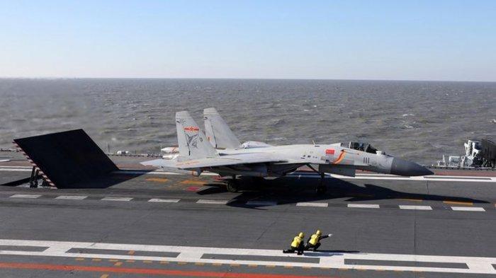 Pesawat tempur J-15 siap lepas landas dari kapal induk China