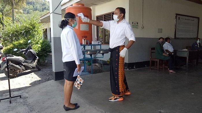 Peserta SKB CPNS Ngada saat cek suhu tubuh oleh panitia di SMA Negeri I Bajawa, Rabu (30/9/2020).
