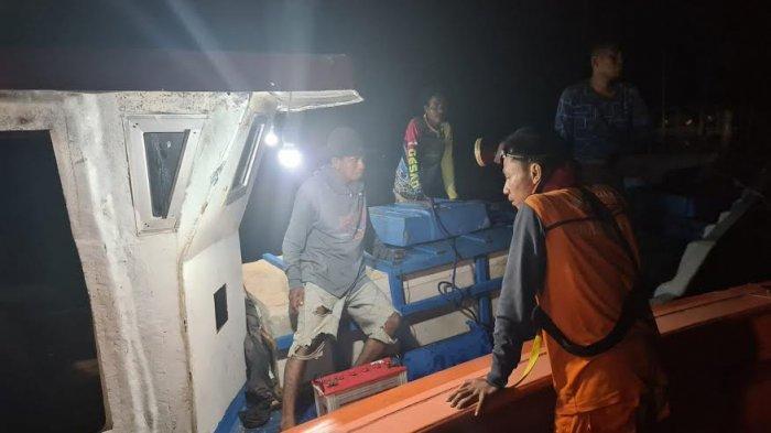 Basarnas Kupang Lakukan Evakuasi Sebuah Kapal Mati Mesin Diperairan Rote