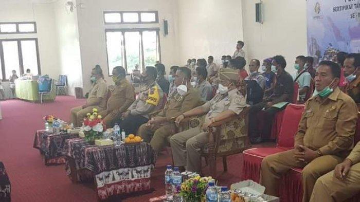 Pjs. Bupati Serahkan Sertifikat Tanah PTSL kepada Warga Desa Lokory