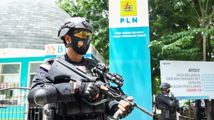 PLN Unit Induk Wilayah Nusa Tenggara Timur menggelar Simulasi Tanggap Darurat Ancaman Teror bersama Detasemen Gegana Satbrimobda NTT di kantor PLN UIW NTT, Rabu (31/3/2021).