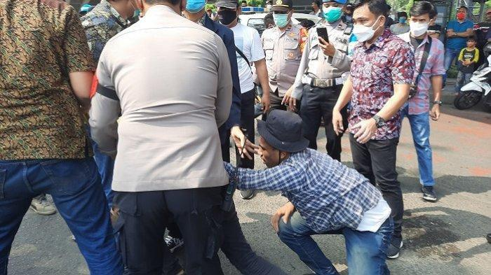 Desak Jokowi Mundur Gegara Covid-19, Oknum Ini Bawa Bom Molotov, Nitizen Minta Tangkap Biang Rusuh
