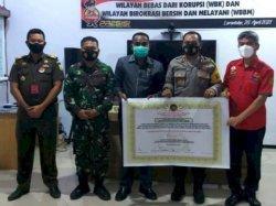 Kapolres Flotim, AKBP I Gusti Putu Suka Arsa saat menandatangani zona integritas WBK dan WBBM