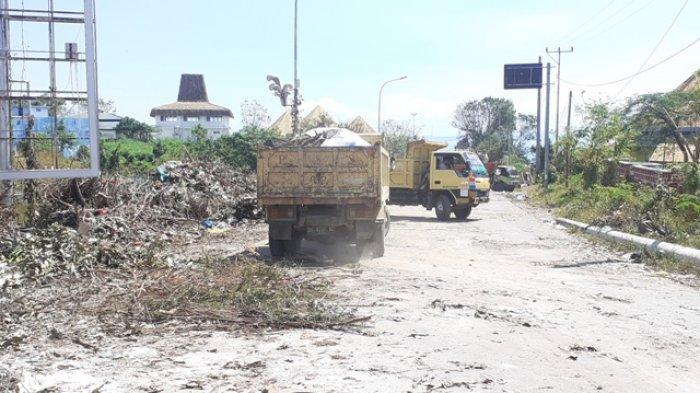 Bersihkan Sampah Pasca Bencana, Polres Kupang Kota Kerahkan Alat Berat dan Truk Pengangkut Sampah