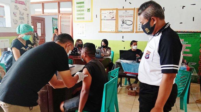 Polres Manggarai Timur Gandeng Dinkes Lakukan Vaksinasi Covid-19 Bagi Warga di Peot