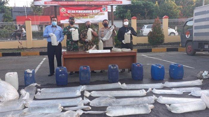 Bupati Yohanes Dade Hadiri Pemusnahan 6,7 Ton Miras di Polres Sumba Barat