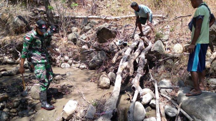 TNI dan Warga Oepoli Gotong Royong Bersihkan Saluran Air Sungai